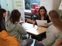 Przedstawicielka Powiatowego Urzędu Pracy w Malborku siedząca na przeciw trzech młodych osób